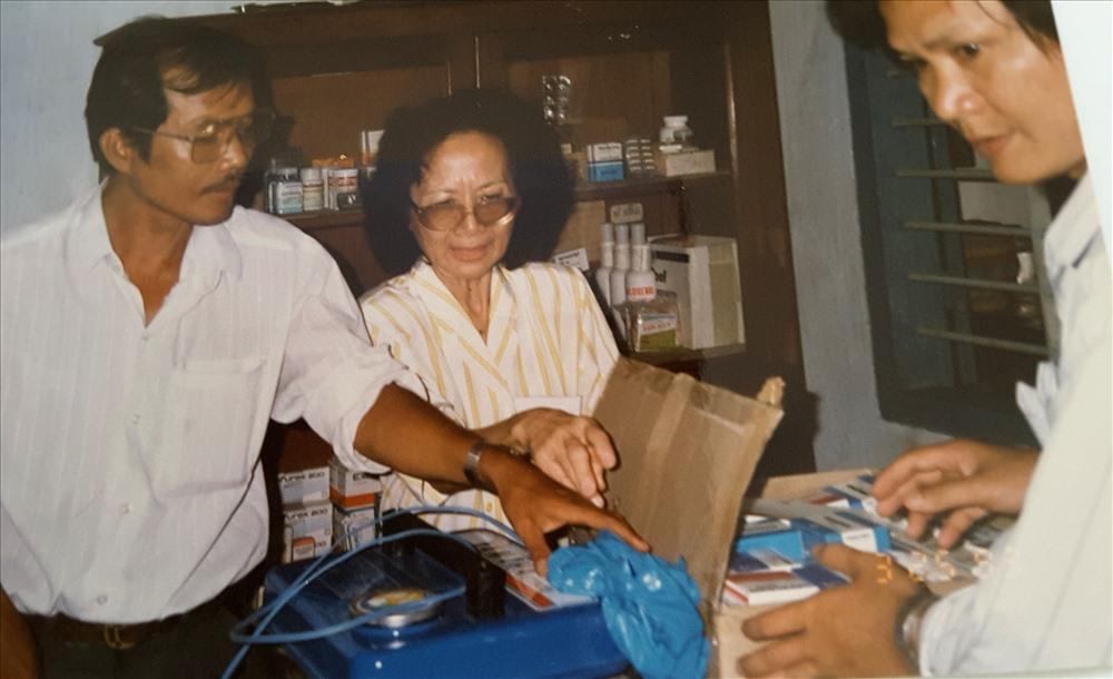 Chị Ký trong một lần hỗ trợ thiết bị y tế cho một trạm xá ở TPHCM. Ảnh: TL