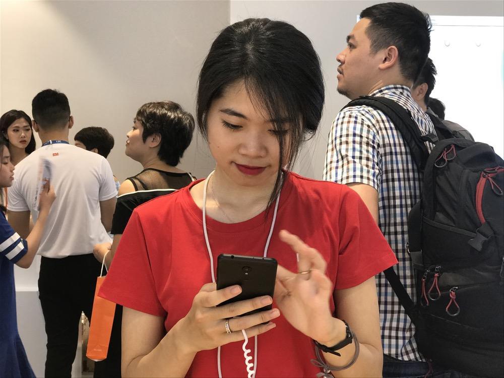 Nhân viên Mi Store trải nghiệm sản phẩm để giới thiệu tới khách hàng.