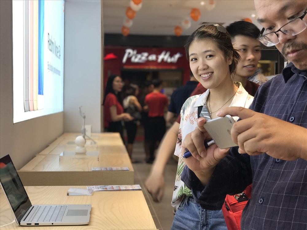 Đội ngũ nhân viên Mi Store sẵn sàng thông tin sản phẩm cho người tham quan.