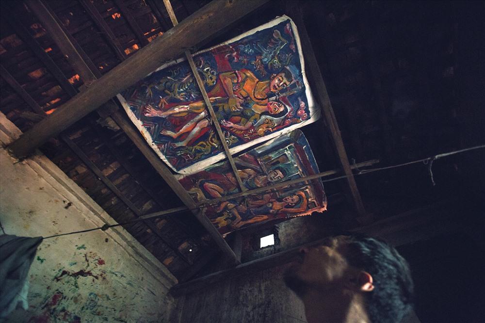 Những bức tranh về Ý và những mối tình đã qua được để trên mái nhà, để mỗi khi nằm dưới chỗ ngủ có thể nhìn ngắm, để suy tư, để nhớ.