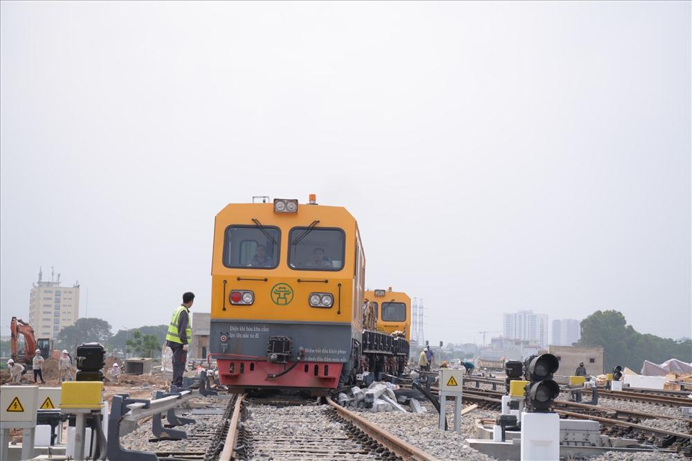 Sau nhiều lần chậm tiến độ, đầu tàu chuyên dụng đã chạy thử tải kỹ thuật trên toàn tuyến đường sắt trên cao Cát Linh - Hà Đông dài 13km.