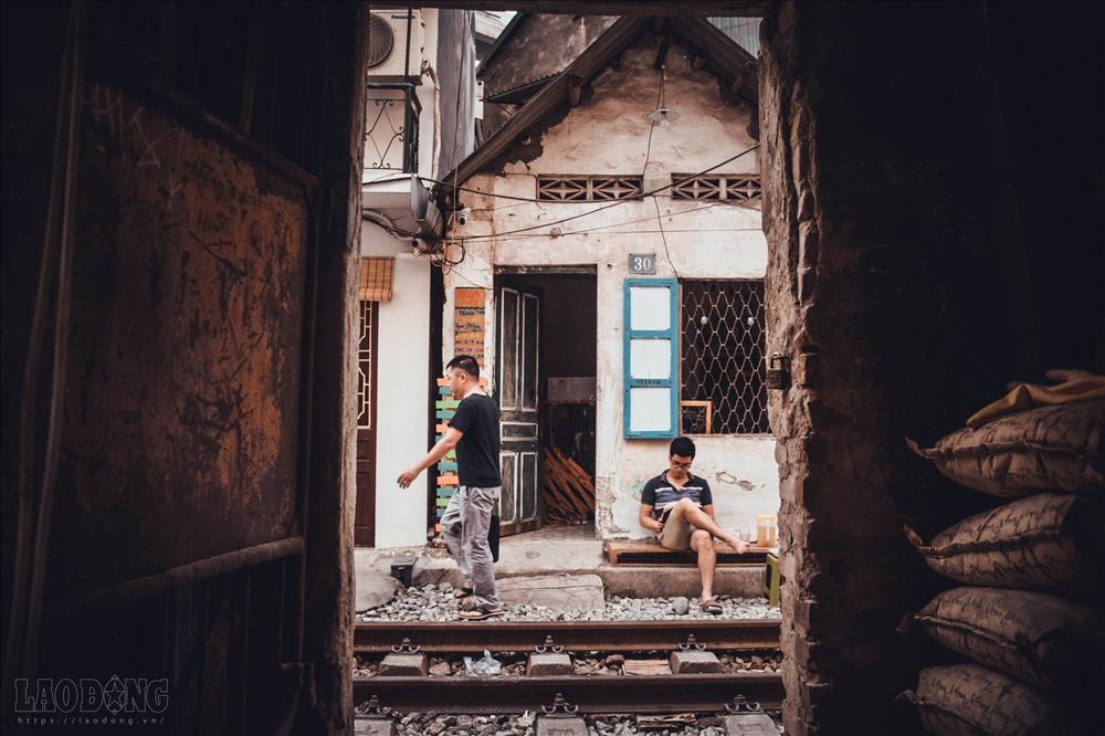 Không gian chật hẹp nên mọi sinh hoạt từ nấu nướng, giặt giũ, rửa bát ... đều được người dân thực hiện bên đường tàu chạy. Tất cả đã trở thành thói quen bình thường trong cuộc sống của họ.