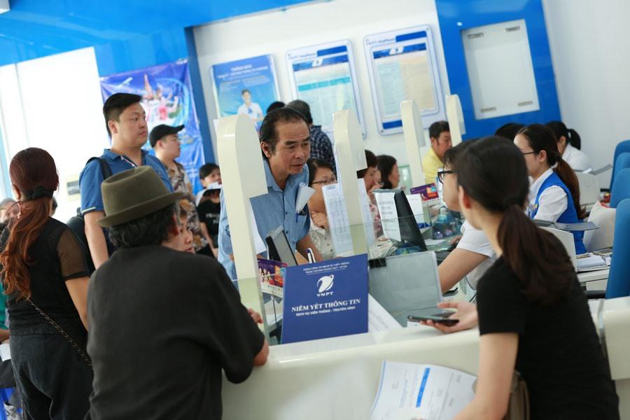 Thuê bao di động đến Trung tâm chăm sóc khách hàng của VinaPhone trên đường Nguyễn Chí Thanh cập nhật thông tin thuê bao theo NĐ 49. Ảnh: HẢI NGUYỄN