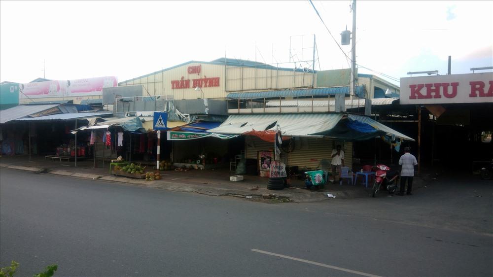 Để có đất cho Cty Minh Thắng xây dựng Chợ A, hàng loạt tiểu thương chợ cũ phải ra chợ Tạm Trần HUỳnh mua bán (ảnh Nhật Hồ)
