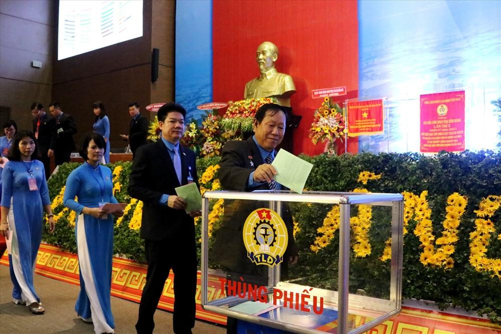Đại biểu bỏ phiếu lựa chọn Ban chấp hành LĐLĐ tỉnh khóa X