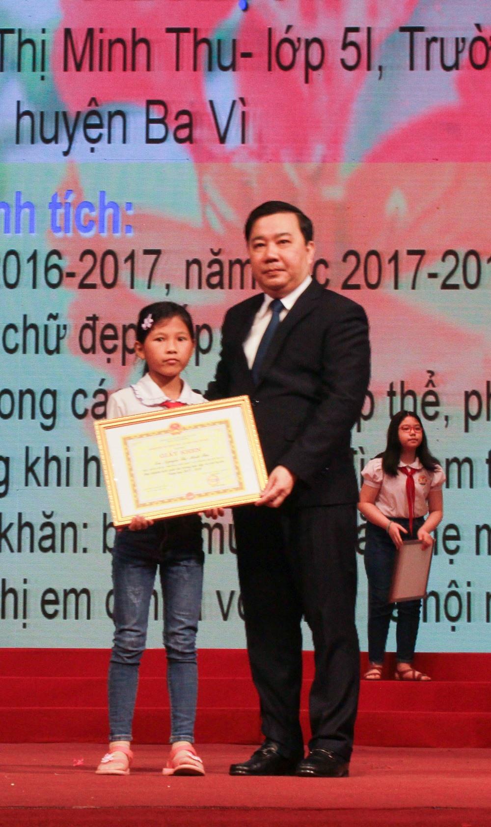 Minh Thu được Giám đốc Sở GD&ĐT tặng bằng khen. Ảnh: KIM