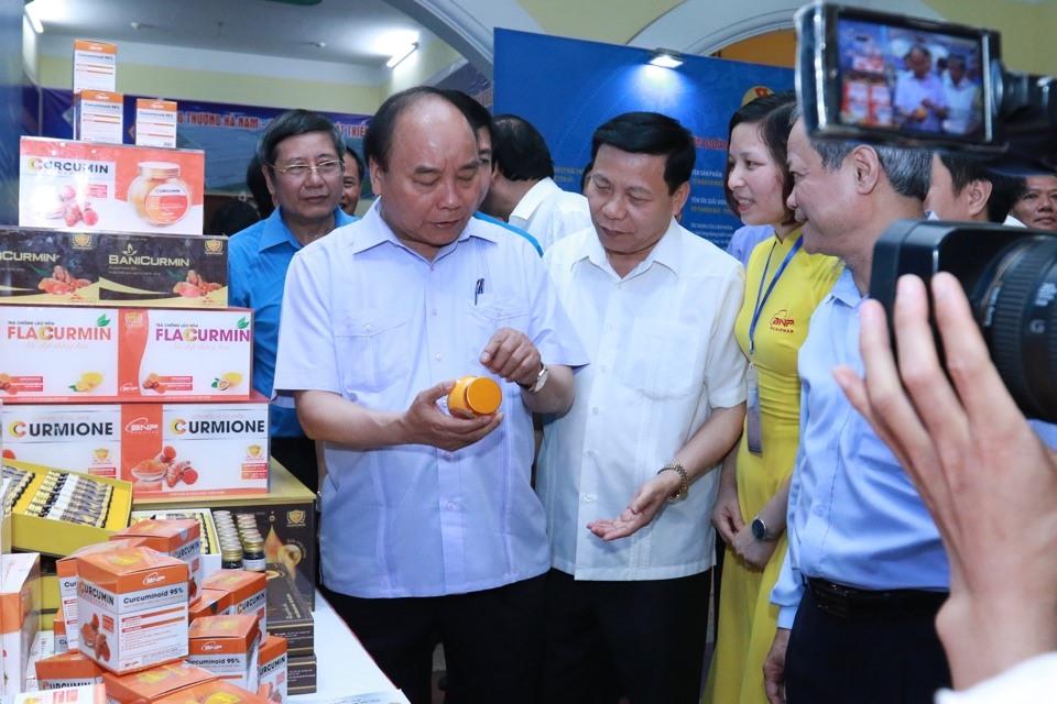 Thủ tướng Nguyễn Xuân Phúc quan tâm, hỏi han từng sản phẩm được trưng bày tại Triển lãm