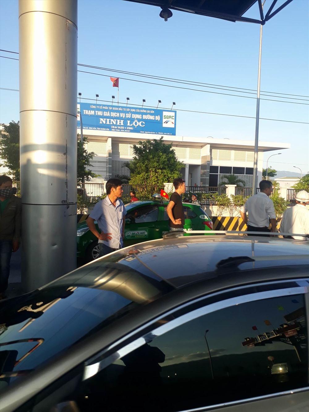 Tài xế dừng xe yêu cầu BOT Ninh Lộc giải thích về việc miễn, giảm vé.