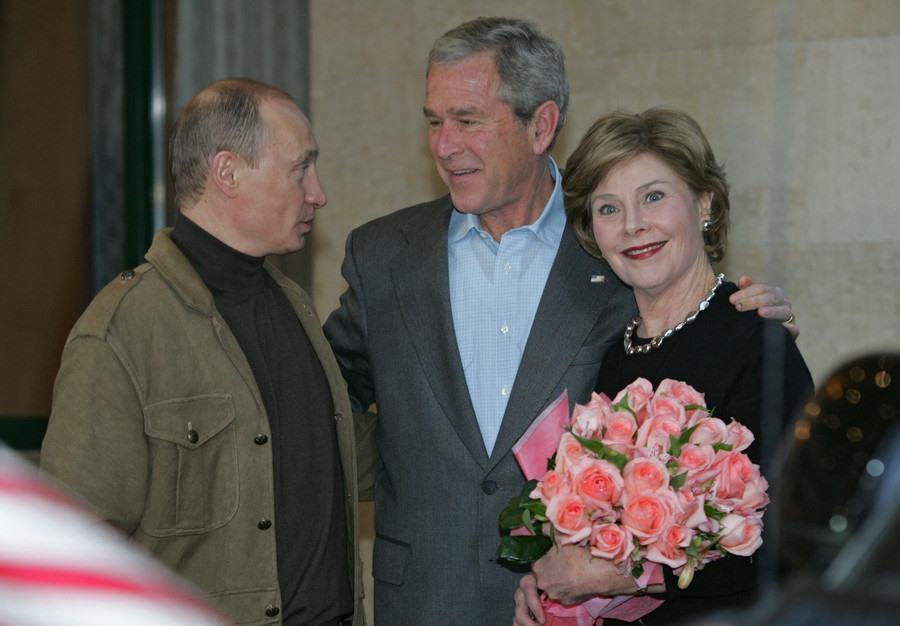Ông Putin tặng hoa phu nhân Tổng thống Mỹ George.W.Bush. Ảnh: Sputnik.