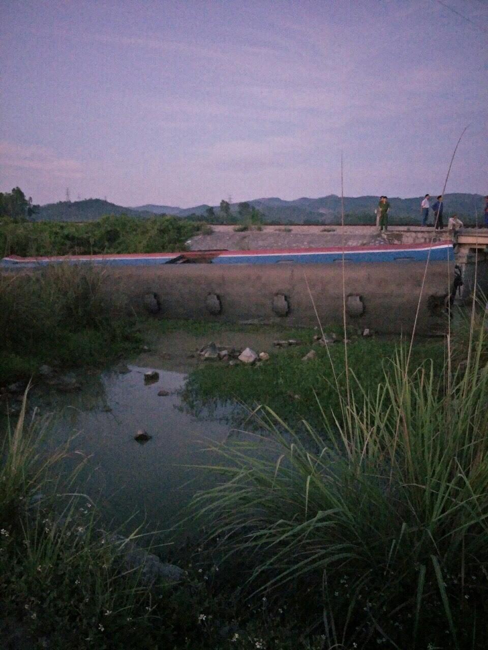 Một toa tàu bị lật ngang văng xuống ruộng. Ảnh Nguyễn Thành Chung - CLB yêu Đường sắt Việt Nam