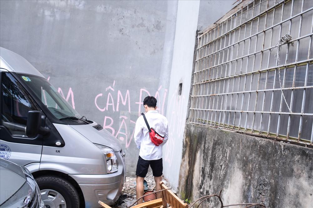 Nhiều người đi vệ sinh không đúng nơi quy định, cư dân đã dùng sơn viết chữ lên tường để cảnh báo. Thế nhưng không ít người vẫn ngó lơ, vô tư phóng uế.