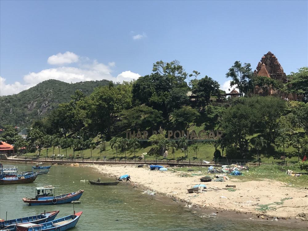 Tháp Bà Poh Nagar được xây trên một ngọn đồi trong vùng núi Cù Lao, hình như một chiếc nón lá úp sấp. Ảnh: H.V.M