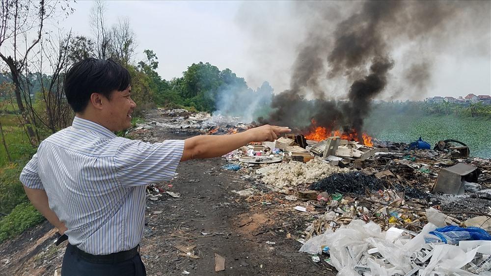 Đáng lên án là việc đốt rác thải nguy hại vẫn diễn ra tại xã Văn Môn nhưng địa phương này chưa có biện pháp giải quyết dứt điểm.