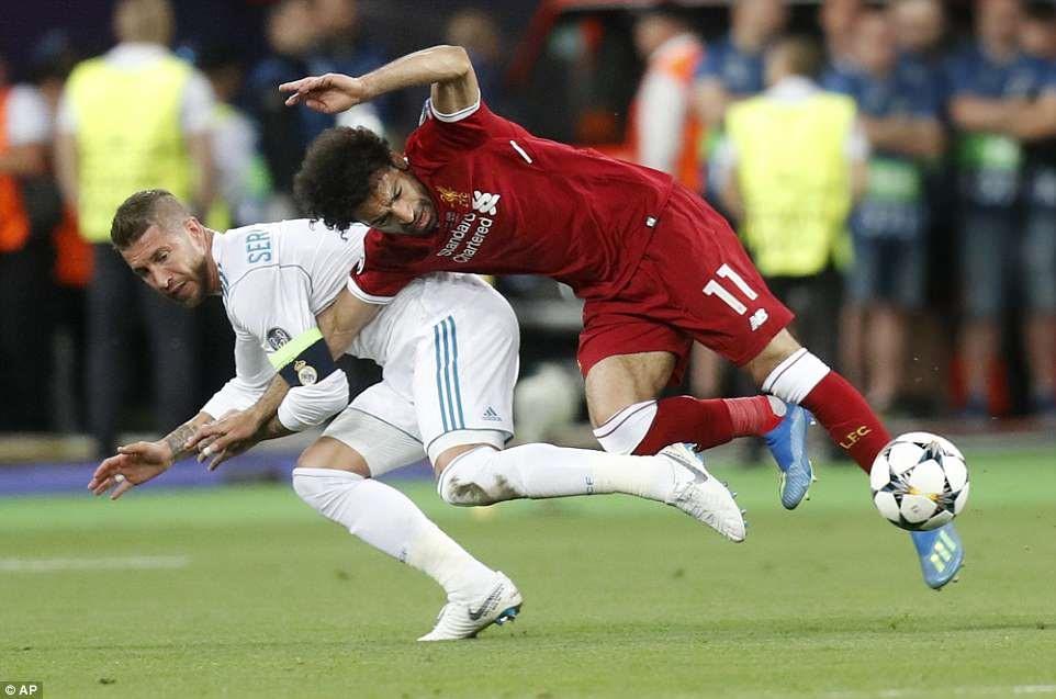 Ramos đã chủ động triệt hạ Salah theo cách trọng tài...không thể thổi phạt. Ảnh: AP.