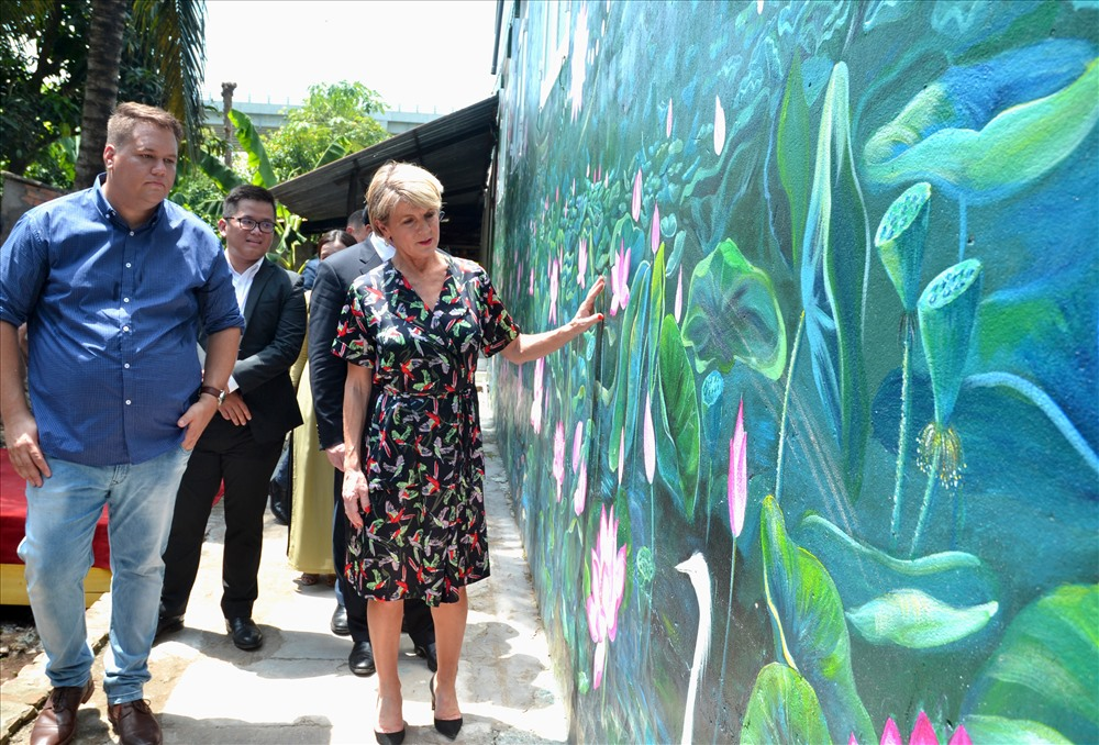 Bà Julie Bishop, Bộ trưởng Bộ Ngoại giao Úc tỏ ra thích thú với bích họa về hoa sen. (Ảnh: Lục Tùng)