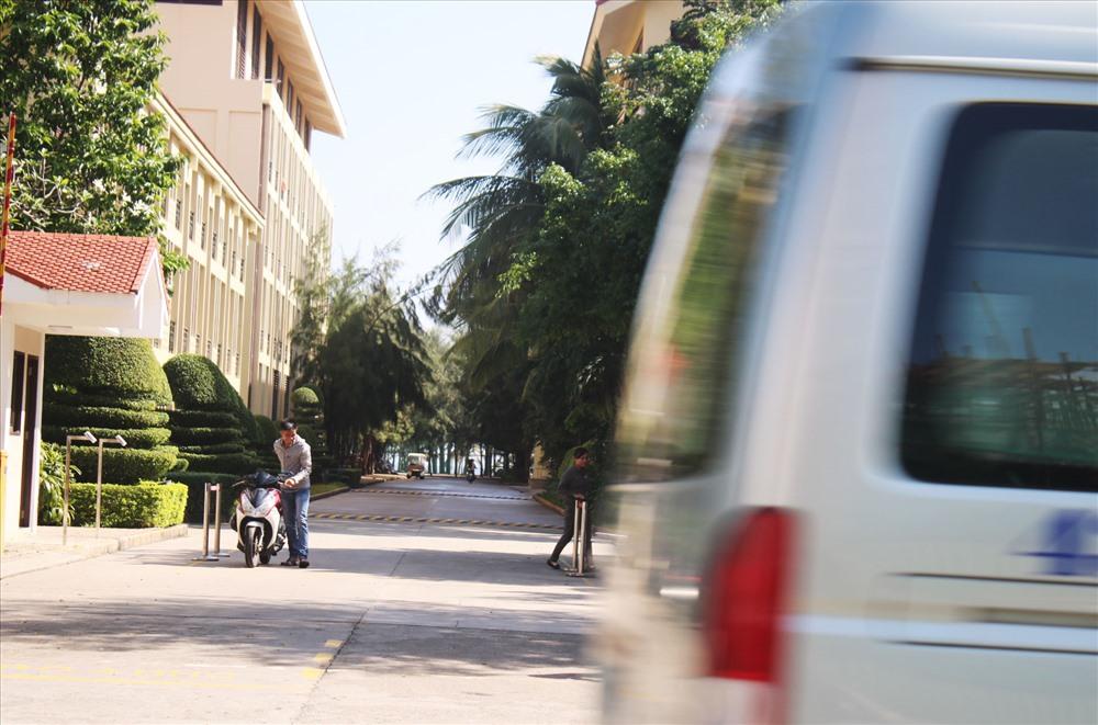 Bãi biển Đà Nẵng trở nên xa vời với chính người dân nơi đây bởi những hàng rào chắn của các khu nghỉ dưỡng. Ảnh: TT