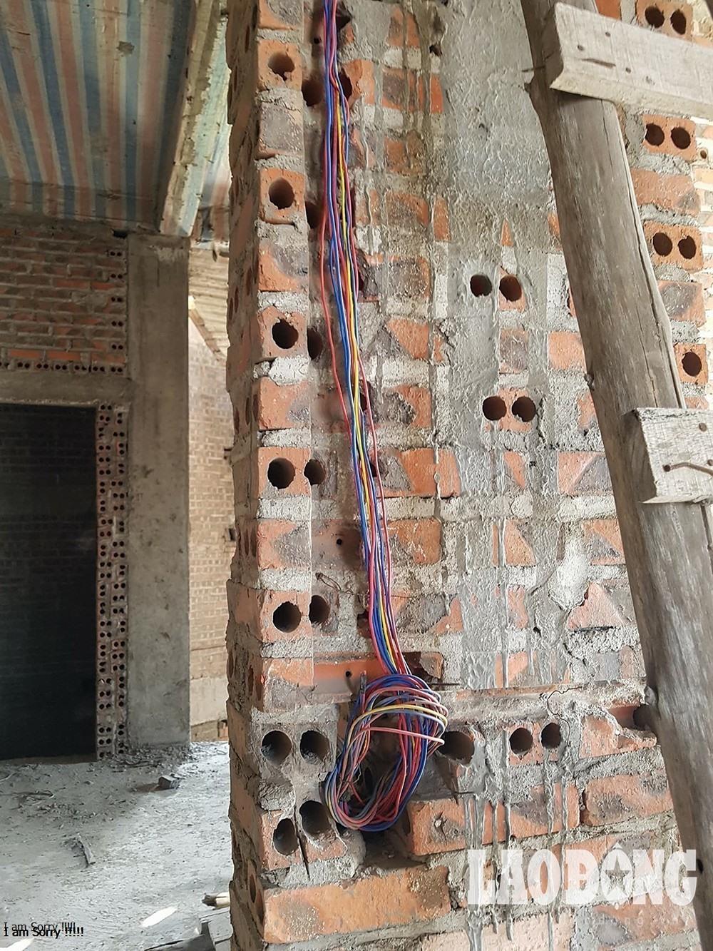 Hệ thống dây điện bị mất trộm nên đang được ông Luyên thay thế lại đường dây mới.
