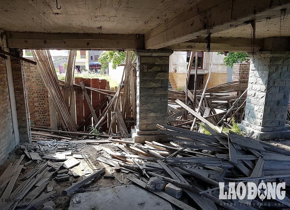 Vật liệu xây dựng nằm ngổn ngang dưới nền nhà.