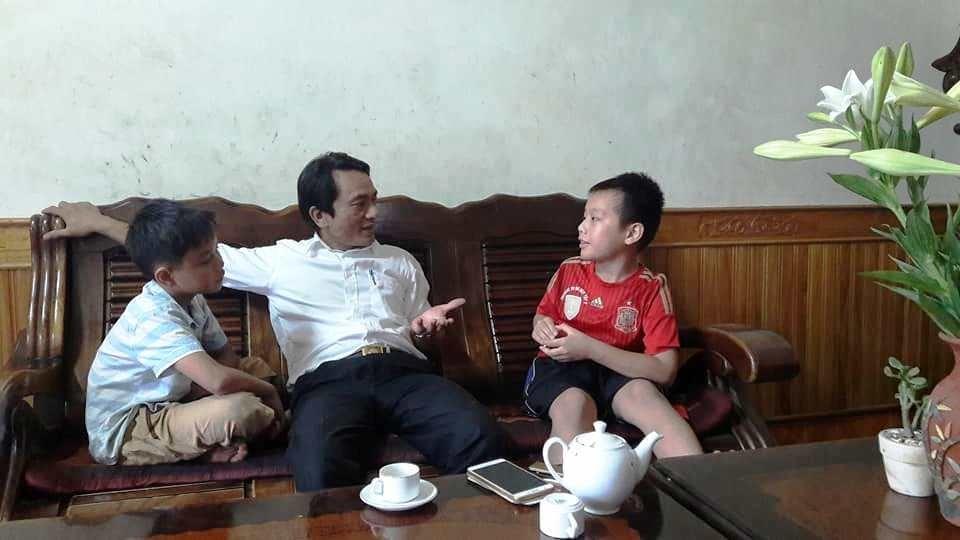 Thầy Trần Trung Hiếu (giữa) trò chuyện với Quốc Thái (phải). Ảnh: CT