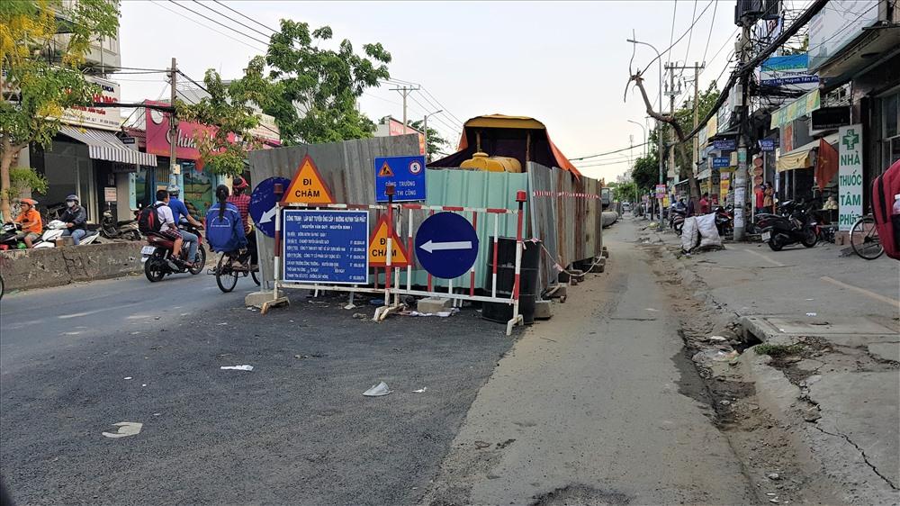 Trên đường Huỳnh Tấn Phát (quận 7 và huyện Nhà Bè) - con đường thường xuyên bị ngập nặng bởi triều cường và mưa, một công trình lắp đặt hệ thống thoát nước kích thước lớn đang được tiến hành. Ảnh: Trường Sơn