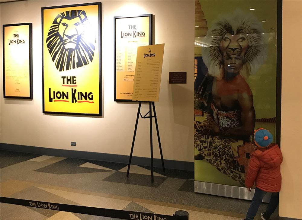 """Chú bé đang ngắm hình ảnh trong vở diễn nổi tiếng """"The Lion King"""" của một nhà hát ở Broadway."""