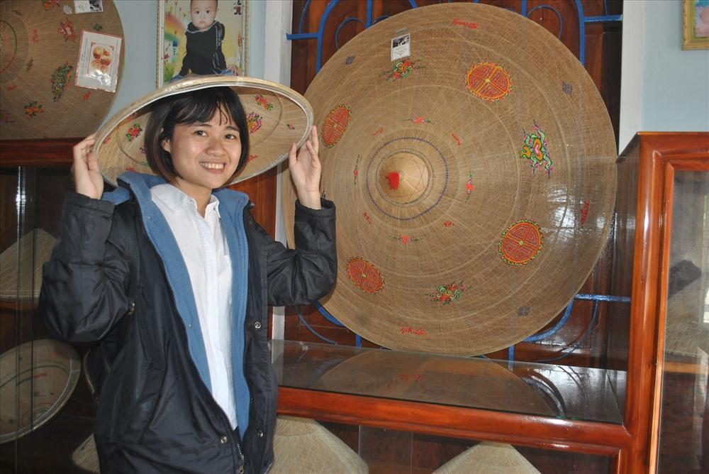 """Làng nghề nón ngựa Phú Gia đang trở thành một điểm nhấn du dịch ở các tour về Bình Định như trong câu ca: """"Ai về Bình Định ba ngày/ Dặn mua chiếc nón, lá dày không mua""""."""