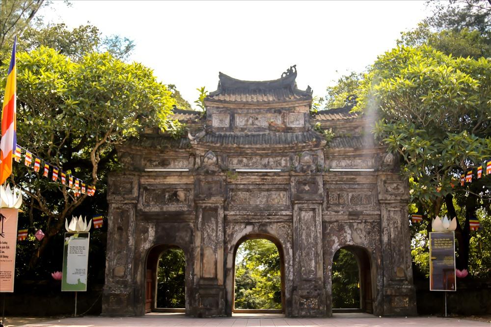 Thời Tây Sơn, chùa đã bị chiếm đóng và trưng dụng làm kho chứa diêm tiêu. Sau đó vào năm 1808, Hoàng Hậu Hiếu Khương cho tái thiết ngôi chùa, xây tam quan, đúc đại hồng chung, bảo khánh và đổi tên là chùa Hàm Long Thiên Thọ tự và mời thiền sư Phổ Tịnh làm trụ trì.
