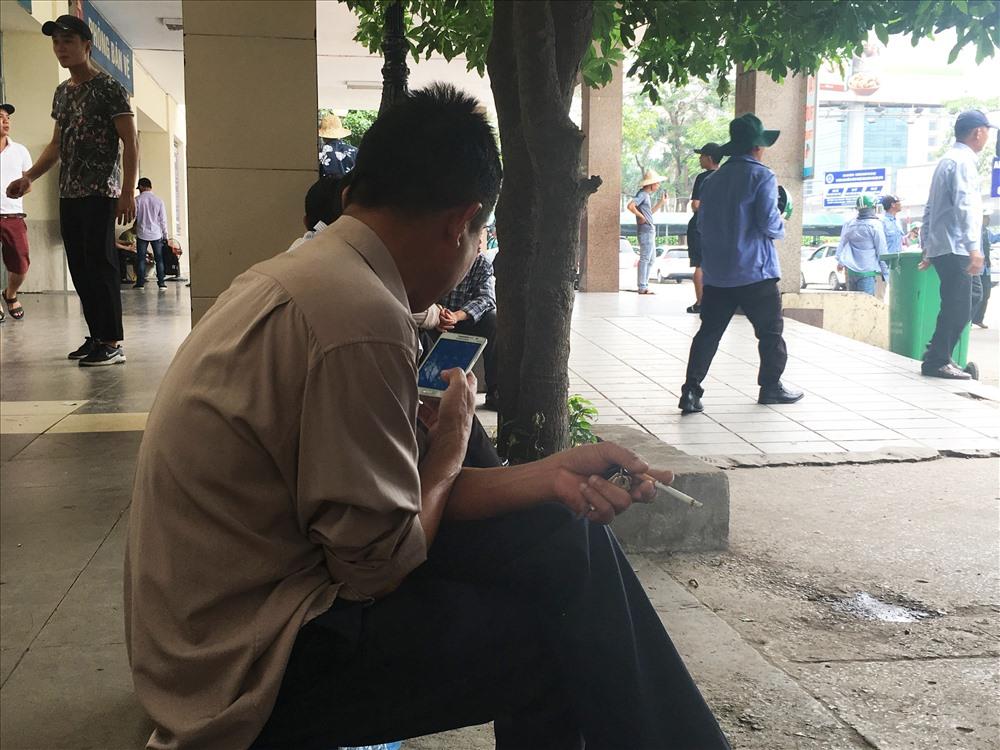 Dường như người hút thuốc không hề quan tâm đến những biển cấm hay những người ngồi xung quanh mình.