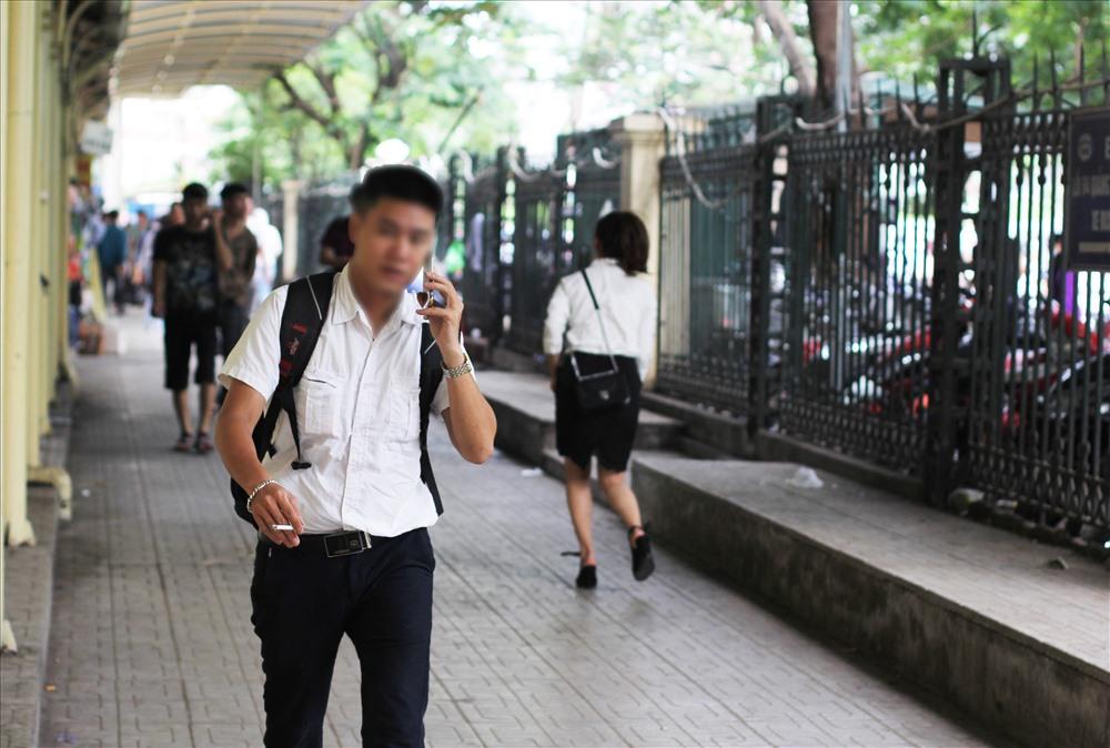 Không khó để có thể bắt gặp hình ảnh người cầm điếu thuốc trên tay, phì phèo nhả khói.
