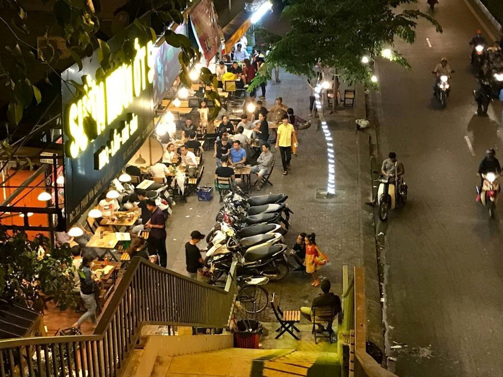 Quán nhậu chiếm vỉa hè đường Phạm Văn Đồng (Q.Bình Thạnh).