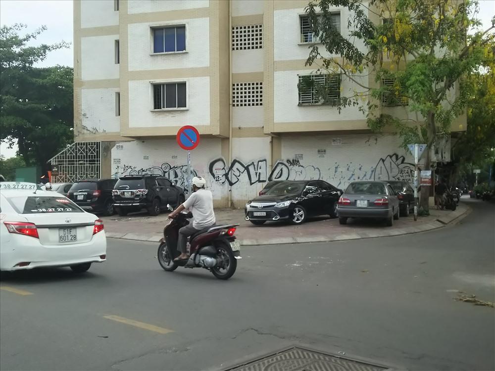 Ô tô đậu tràn làn trên vỉa hè đường Trường Sa, Q.3