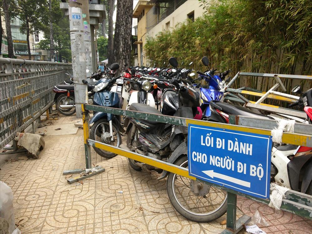 Tuy nhiên khi đi vào trong thì lối đi bị bịt kín bởi xe máy.