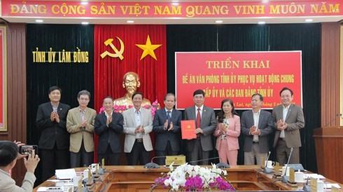 Bí thư Tỉnh ủy Lâm Đồng Nguyễn Xuân Tiến trao đề án cho Chánh Văn phòng Tỉnh ủy để triển khai thực hiện. Ảnh: Báo Lâm Đồng