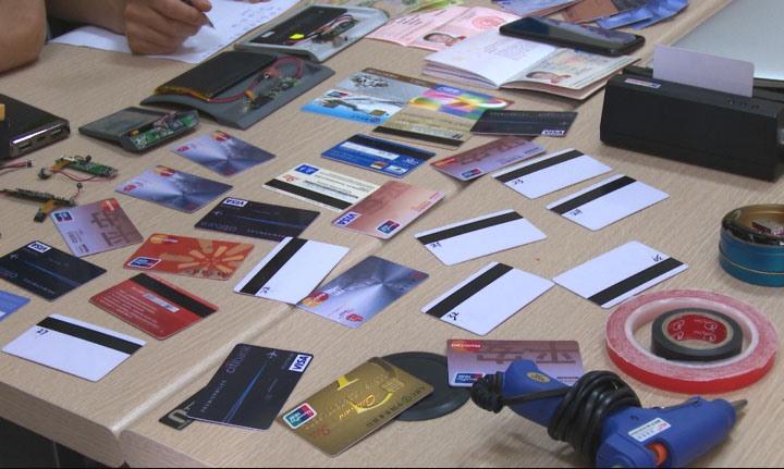 Toàn bộ số thẻ giả và dụng cụ đánh cắp tiền từ cây ATM được Vương Đại Sâm mang vào Việt Nam phạm tội. Ảnh: CAQN