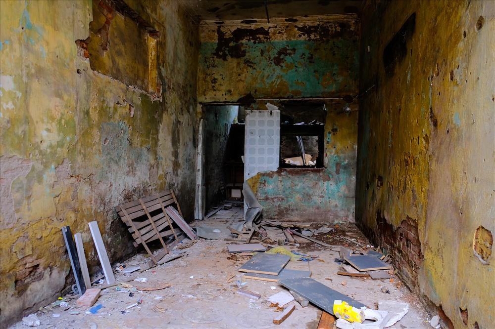 Nhiều hộ gia đình chuyển đi để lại những ngôi nhà bị bỏ hoang gây mất mỹ quan đô thị.