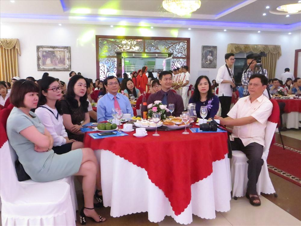 Ban tổ chức đã khéo léo bố trí  một lễ cưới tập thể công nhân lao động diễn ra trang trọng, ấm cúng, tiết kiệm, đầy đủ thủ tục theo đúng truyền thống người Việt. Ảnh: TN