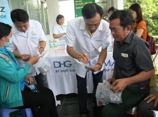 Phát thuốc miễn phí cho CNLĐ tại Cần Thơ