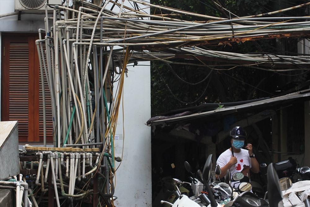 Tại khu tập thể Bưu điện (Nguyễn Công Hoan, Hà Nội). Máy bơm, ống dẫn nước được đấu nối lộ thiên ở một khoảng sân nhỏ, không hề có mái che.