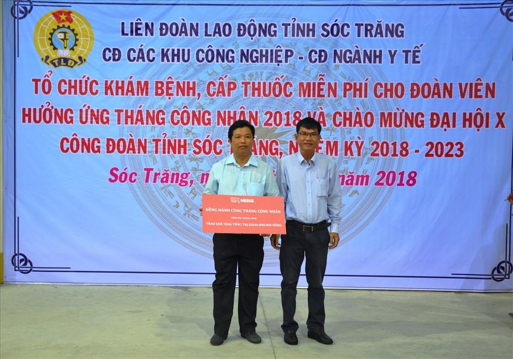 Đại diện Quỹ Tấm lòng vàng trao bảng tượng trưng tặng 120 phần quà đến LĐLĐ tỉnh Sóc Trăng.