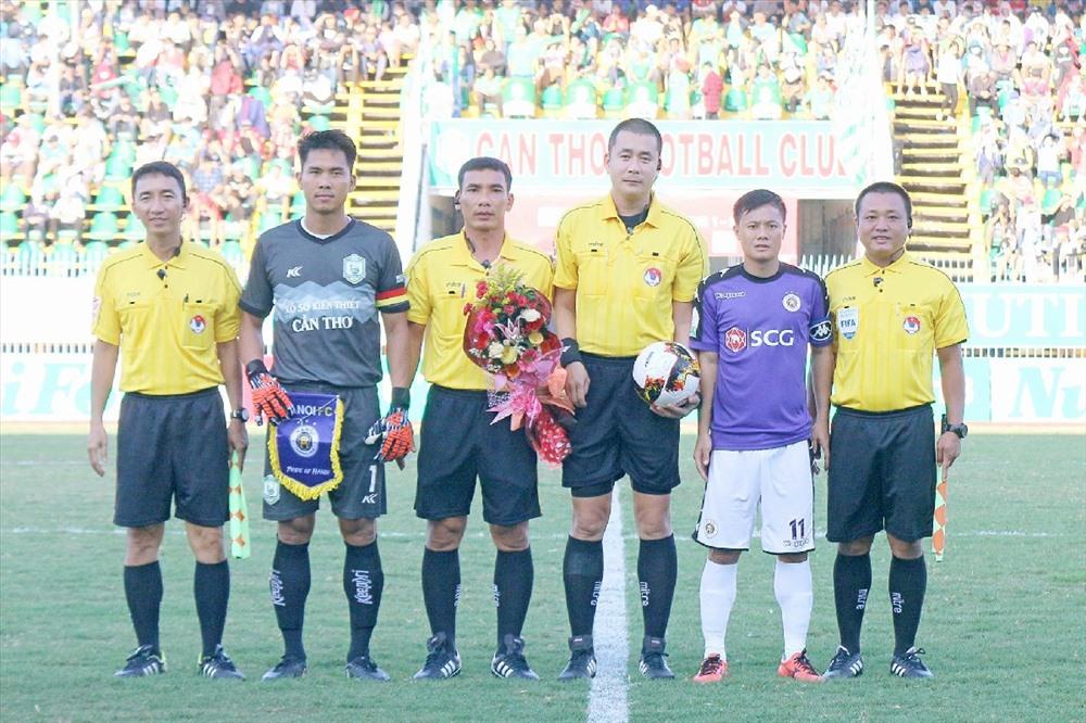 Trọng tài Nguyễn Trọng Thư (thứ 3 từ phải sang) điều hành trận đấu giữa XSKT Cần Thơ và Hà Nội cũng gây nhiều tranh cãi. Ảnh: Dương Thu