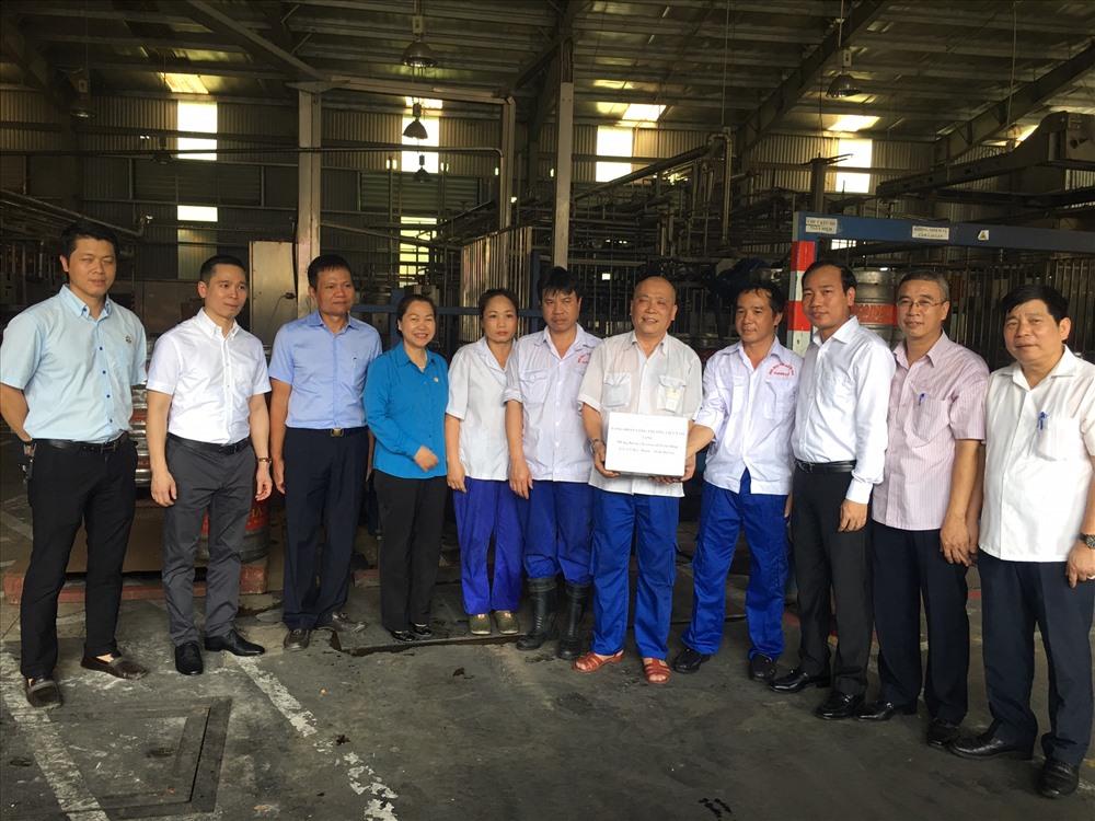 Phó Chủ tịch Tổng LĐLĐVN Nguyễn Thị Thu Hồng tặng quà, động viên CBCNV TCty HABECO. Ảnh: V.L