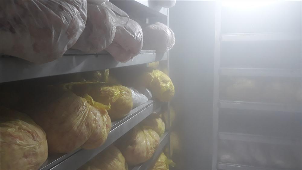 Quá trình kiểm tra, đoàn phát hiện cơ sở sản xuất giò chả có dấu hiệu vi phạm an toàn toàn thực phẩm