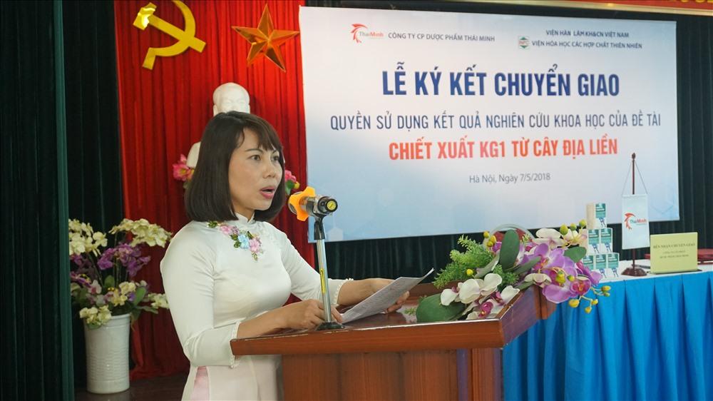PGS.TS Lê Minh Hà (áo dài trắng) tại lễ chuyển giao kết quả nghiên cứu khoa học