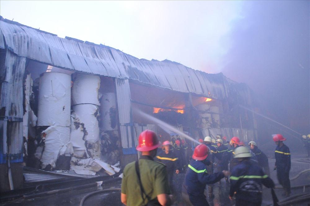 Dù ngọn đám cháy đã bớt phần dữ dội nhưng lửa vẫn bao trùm khi nhà xưởng. Ảnh: T.S