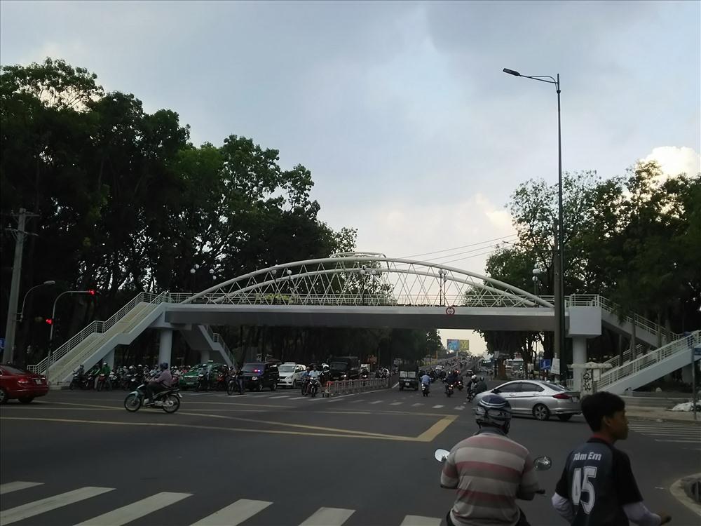 Ngay dưới chân cầu vượt có đền tín hiệu giao thông nên nhiều người chờ đèn đỏ rồi qua đường.