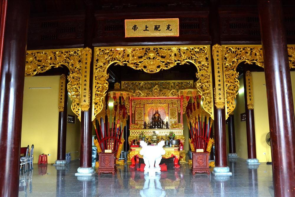Đặc biệt là trang trí bên trong rất trang nghiêm, hoàng tráng theo nghi thức truyền thống. (Ảnh: Lục Tùng)