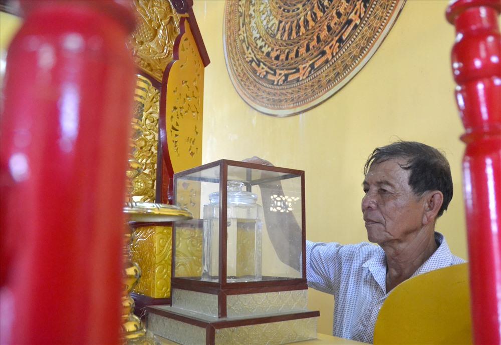 Đặc biệt, trong đền còn lưu giữ nước được lấy từ Đền Hùng Phú Thọ về. (Ảnh: Lục Tùng)