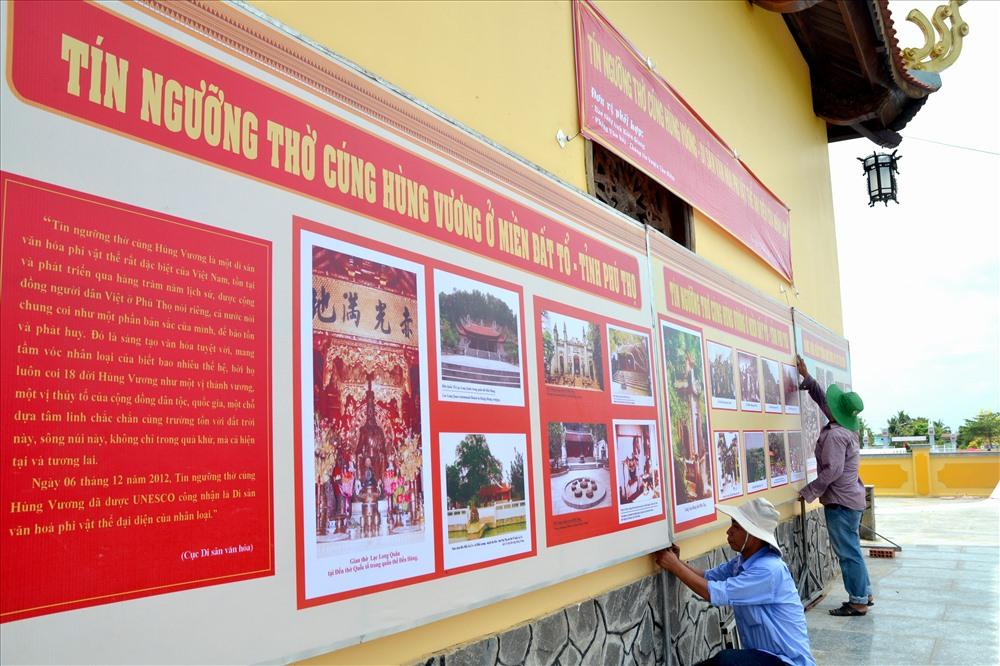 Xung quanh đền thờ chính cũng được bày trí nhiều tư liệu giúp người tham quan hiểu thêm về Quốc tổ (Ảnh: Lục Tùng)