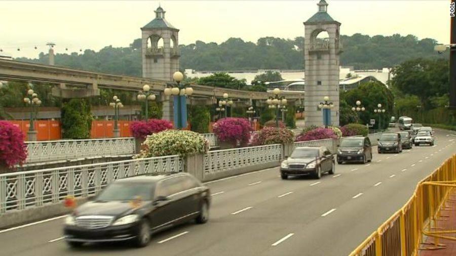 Đoàn xe chở lãnh đạo Triều Tiên Kim Jong-un rời khách sạn St. Regis, trên đường đến thượng đỉnh ở đảo Sentosa. Ảnh: CNN