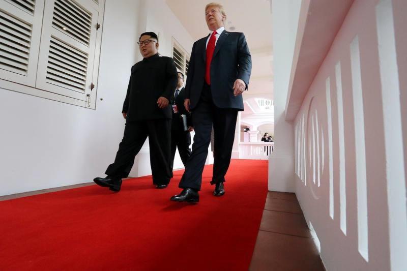 Lãnh đạo Mỹ - Triều đi dọc hành lang khách sạn Capella. Ảnh: Reuters.